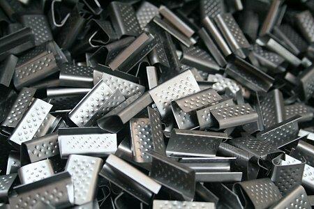 Spony na vázací pásky plechové, šíře 12-13 mm, balení 2500 ks